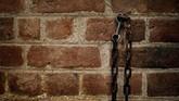 Rantai dan kunci terpancang pada tembok bata di Mount Vernon, rumah dari George Washington. Selain membangun rumah, para budak juga meratakan tanah, serta mencampur berbagai bahan untuk membentuk batu bata. (REUTERS/Carlos Barria)