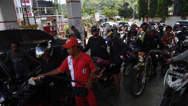 Sejumlah warga antre mengisi BBM di salah satu SPBU di Jayapura, Papua, Sabtu (31/8/). Sejumlah SPBU di wilayah tersebut kembali beroperasi setelah sempat ditutup pascaunjuk rasa warga. (ANTARA FOTO/Zabur Karuru)