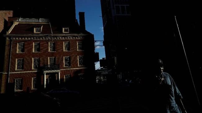 Bangunan Fraunces Tavern di New York, AS, pun demikian. Dibangun oleh keluarga De Lancey pada 1719, bangunan ini memiliki hotel dan juga rumah pribadi dan jadi salah satu rumah bersejarah dalam Perang Revolusi. (REUTERS/Carlos Barria)