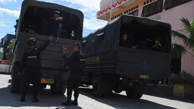Sejumlah personel Brimob Polri menurunkan perlengkapannya ketika tiba di Jayapura, Papua, Sabtu (31/8). Polri menurunkan personel Bantuan Kendali Operasi (BKO) untuk membantu pemulihan situasi keamanan di antaranya dari Medan dan Kepulauan Riau. (ANTARA FOTO/Zabur Karuru)