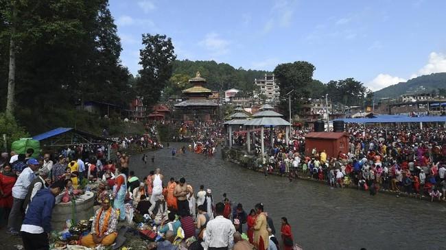 Nepal merayakan hari ayah yang disebut sebagaiKushe Ausi. Di hari ini para ayah dimanjakan dengan berbagai makanan dan benda-benda kesukaannya. (PRAKASH MATHEMA / AFP)