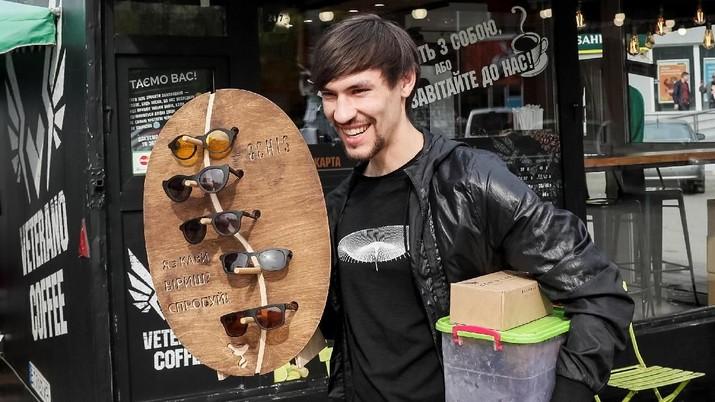 Inovatif, Pria Ini Ubah Ampas Kopi Jadi Kacamata Trendi