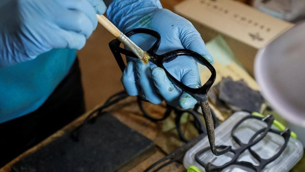 Didorong oleh ambisi untuk menciptakan kacamata hitam yang ramah lingkungan namun modis, CEO KOPI OCHIS Maksym Havrylenko membuat kacamata dari limbah ampas kopi. (REUTERS/Gleb Garanich)