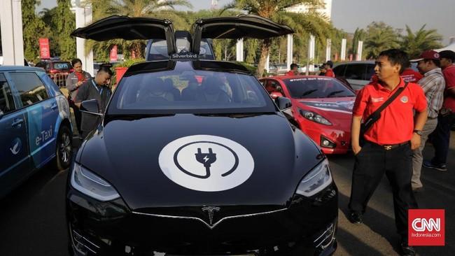 Pengunjung menyaksikan pameran kendaraan listrik di Lapangan Silang Monas, Jakarta, Sabtu (31/08). Pameran kendaraan listrik ini mengangkat tema