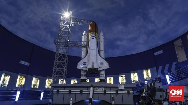 Lewat berbagai macam instalasi dan juga wahana yang edukatif, pengunjung diajak belajar dan berimajinasi bagaimana suasana yang terjadi di luar angkasa.