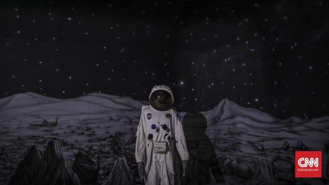Instalasi luar angkasa di SkyworldSelain itu terdapat juga wahana sinema 5 dimensi, perang laser, dan beberapa wahana bermain anak.