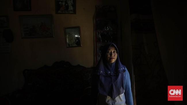 Limbah minyak juga menyebabkan penduduk pantai terkena iritasi saluran pernapasan. Salah satunya terjadi pada Siti (25), penjual ikan bakar di Pantai Samudra Baru. Dia merasa sesak napas dan bagian dalam tubuhnya terasa panas saat berjualan dan menghirup udara di sekitar pantai yang tercemar. (CNN Indonesia/Adhi Wicaksono)