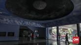 Pengunjung menikmati instalasi luar angkasa di Skyworld, Taman Mini Indonesia Indah, Jakarta, Minggu, 1 September 2019. (CNN Indonesia/Bisma Septalisma)