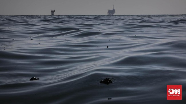 Pada Rabu (21/8) lalu, tumpahan minyak masih tercecer di Laut Utara Karawang, Jawa Barat. Pertamina sendiri telah memasang static oil boom dan movable oil boom agar gumpalan minyak tak menyebar luas, tapi masih ada yang mencapai pantai. (CNN Indonesia/Adhi Wicaksono)