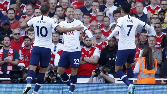 Arsenal ditahan imbang tim tamu Tottenham Hotspur 2-2, Minggu (1/9). Christian Eriksen cetak gol pembuka Spurs. (AP Photo/Alastair Grant)