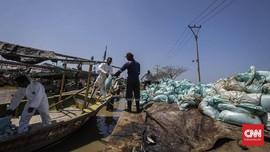 TNI Bersihkan Teluk Ambon, Ratusan Karung Sampah Terkumpul