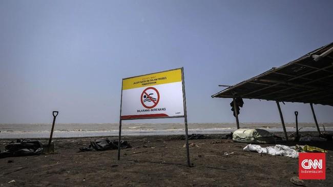 Pesisir Pantai Cemarajaya, Karawang, Jawa Barat, masih tak boleh didatangi wisatawan setelah terjadi kebocoran minyak dari sumur Pertamina Hulu Energi pada 12 Juli silam, Rabu (22/8). (CNN Indonesia/Adhi Wicaksono)