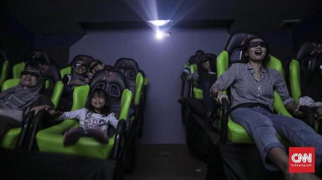 Pengunjung menikmati wahana Cinema 5D di Skyworld, Taman Mini Indonesia Indah, Jakarta.