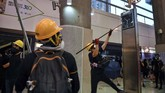 Para pedemo Hong Kong kembali menggelar demonstrasi dengan menyerbu sejumlah stasiun utama kereta bawah tanah (The Mass Transit Railway/MTR) pada Senin (2/9) pagi waktu setempat. (Photo by Lillian SUWANRUMPHA / AFP)
