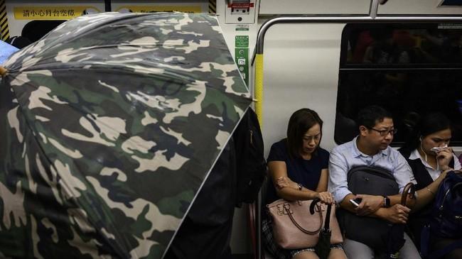 Hal itu menyebabkan jadwal keberangkatan kereta di jam sibuk itu menjadi molor dan kacau. (Photo by Philip FONG / AFP)