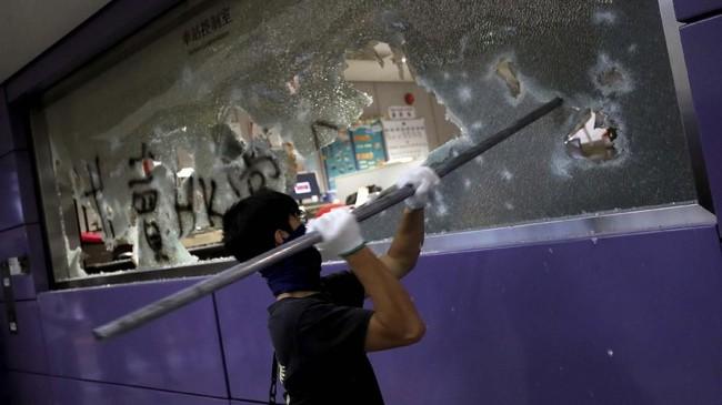 Ratusan pedemo berpakaian serba hitam dan penutup wajah dilaporkan menyerbu stasiun MTR di Kowloon Tong, Fortress Hill, Yau Ma Tei, Prince Edward, dan Mang Kok sejak pukul 07.20 waktu lokal. (REUTERS/Tyrone Siu)