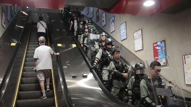 Beberapa pengunjuk rasa bahkan menggunakan payung dan tubuh mereka untuk mencegah penumpang masuk dan keluar gerbong kereta.(AP Photo/Jae C. Hong)