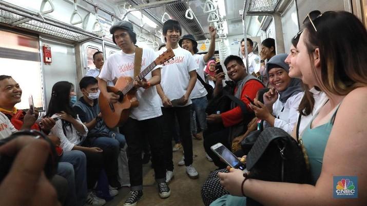 D'Masiv hadir untuk menghibur para penumpang KRL dalam rangka merayakan Hari Pelanggan Nasional yang jatuh tiap tanggal 4 September.