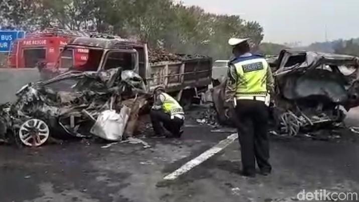 Petugas gabungan melakukan olah TKP kecelakaan maut di Jalan Tol Cikampek-Purwakarta-Padalarang KM 91+400, Plered, Kabupaten Purwakarta, Jawa Barat.