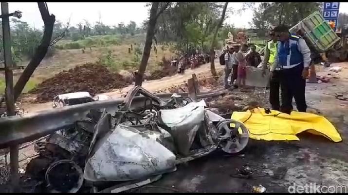 Polda Jabar mengonfirmasi sopir dump truck yang diduga menyebabkan kecelakaan maut di Jalan Tol Cipularang telah meninggal dunia.
