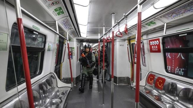 Operator MTR menuturkan seluruh stasiun kereta akan tetap dibuka meski sedikitnya 44 stasiun mengalami kerusakan akibat protes selama akhir pekan lalu. (Philip FONG / AFP)