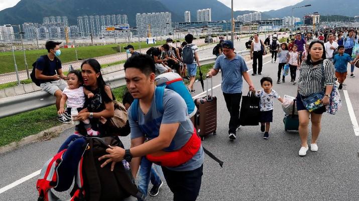 Bandara Hong Kong merupakan bandara tersibuk no 6 di dunia yang terdapat 427 ribu pergerakan, 74 juta penumpang dan 5,1 juta ton total kargo yang diangkut.