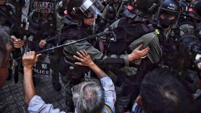 Sejumlah portal berita lokal seperti HK01 melaporkan beberapa pedemo ditahan kepolisian sekitar pukul 11.00 waktu Hong Kong. (Lillian SUWANRUMPHA / AFP)