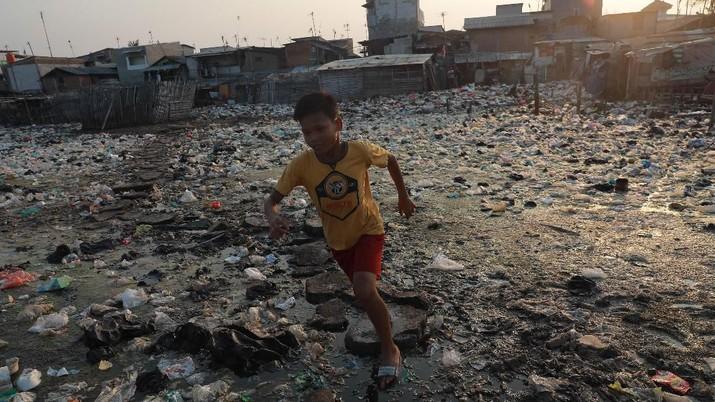 Meskipun banyaknya sampah yang berserakan warga yang tinggal di lokasi tersebut terlihat tidak terganggu dengan adanya lautan sampah.