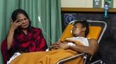 Salah satu korban kecelakaan Tol Cipularang sedang terbaring di rumah sakit. Proses evakuasi korban kecelakaan melibatkan Basarnas Bandung. (ANTARA FOTO/M Ibnu Chazar)