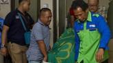 Petugas membawa jenazah korban kecelakaan beruntun Tol Cipularang KM 91 di RS MH Thamrin, Purwakarta, Jawa Barat, Senin (2/9). Polisi masih terus menyelidiki penyebab kecelakaan maut ini. (ANTARA FOTO/M Ibnu Chazar)