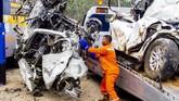 Kecelakaan ini terjadi saat lalu lintas ramai. Kondisi jalan di KM 91 menurun. Beberapa mobil terbakar dalam kecelakaan maut ini. (ANTARA FOTO/M Ibnu Chazar)