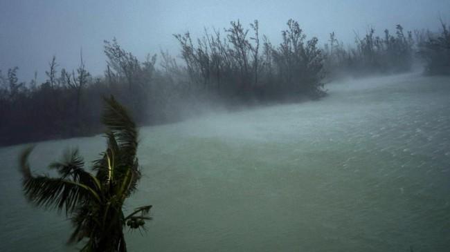 Badai Dorian terlebih dulu menerjang Kepulauan Bahama. Dilaporkan lima orang meninggal dalam peristiwa itu, dan 13 ribu bangunan hancur. (AP Photo/Ramon Espinosa)