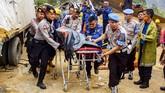 Petugas mengevakuasi salah satu korban kecelakaan beruntun di Tol Cipularang KM 92 Purwakarta, Jawa Barat, Senin (2/9). ANTARA FOTO/M Ibnu Chazar/wsj.
