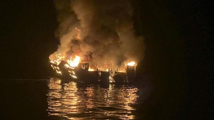 Kapal tersebut tenggelam dan terbalik di dasar laut dengan kedalaman 60 kaki (18.2 meter), menurut Penjaga Pantai Amerika Serikat (USCG).