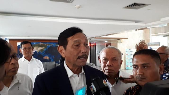 Menko Maritim Luhut Pandjaitan meminta agar ada komponen lokal di mobil listrik impor yang masuk di Indonesia