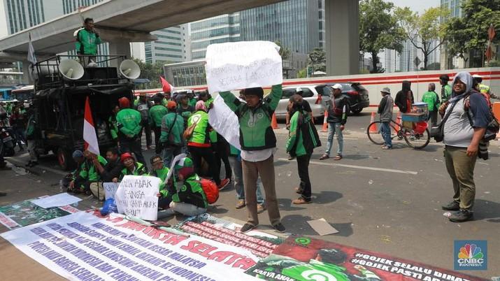 Mereka protes soal pernyataan bos taksi Malaysia, Shamsubahrin Ismail dianggap lecehkan Indonesia.