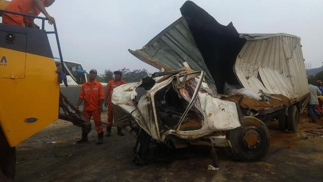 Trukpengangkut tanah yang terguling lalu menutup jalan diduga menjadi penyebab kecelakaan ini. Pengemudi truk tak diketahui keberadaannya usai insiden, namuntak lama kemudian berhasil diamankan polisi. (ANTARA FOTO/Ibnu Chazar)