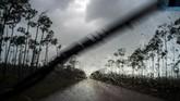 Badai Dorian juga memicu banjir di Kepulauan Bahama. Beberapa kota pesisir di negara itu bahkan terendam banjir setinggi atap rumah. (AP Photo/Ramon Espinosa)