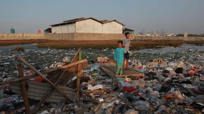 Potret Warga Kampung Bengek yang Hidup Dikepung Sampah