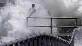 NHC memperkirakan Badai Dorian bisa menyebabkan ombak setinggi 5 sampai 7 meter. (Joe Burbank/Orlando Sentinel via AP)