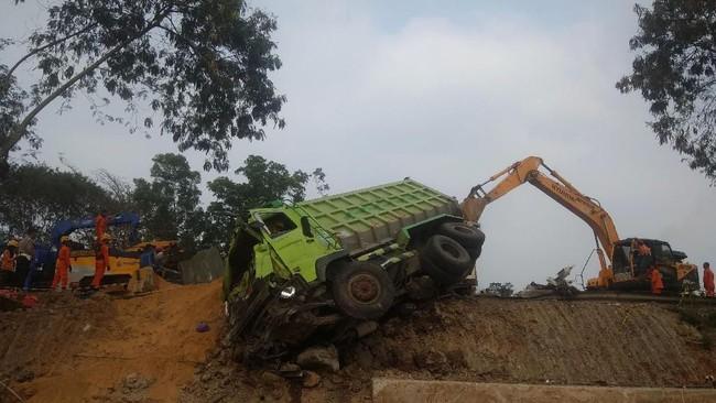 Proses evakuasi salah satu kendaraan yang terlibat kecelakaan beruntun di Tol Cipularang KM 91 Purwakarta, Jawa Barat. Kecelakaan terjadi pada Senin (2/9) siang sekitar pukul 13.00 WIB, melibatkan sekitar 20 mobil. (ANTARA FOTO/Ibnu Chazar)