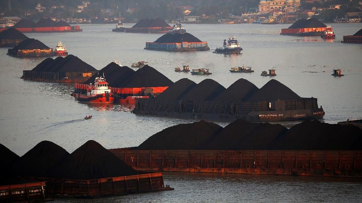 Coal barges are pictured as they queue to be pull along Mahakam river in Samarinda, East Kalimantan province, Indonesia, August 31, 2019. Picture taken August 31, 2019. REUTERS/Willy Kurniawan
