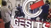 Produsen motor listrik Gesits menampilkan produknya di dalam pameran Indonesia Electric Motor Show (IEMS) 2019 di Balai Kartini, Jakarta, Rabu, 4 September 2019. (CNN Indonesia/Bisma Septalisma)
