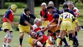 Seperti klub rugby lainnya, mereka saling bertarung. Kebrutalan seolah-olah menjadi sesuatu yang dilegalkan. (REUTERS/Kim Kyung-Hoon)