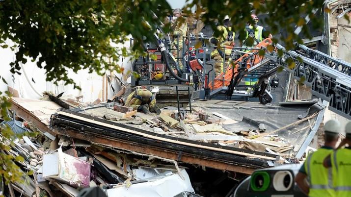 Akibat ledakan tersebut sejumlah orang terjebak dalam reruntuhan rumah.