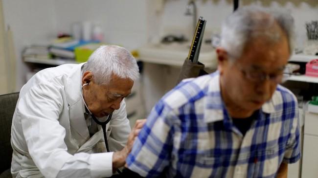 Sebagai seorang dokter, Nagayama sadar betul akan risiko permainan rugby di usianya yang senja itu. Dia pernah berkali-kali mengalami patah tulang rusuk hingga selangkangan. (REUTERS/Kim Kyung-Hoon)