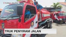 VIDEO: Musim Kemarau, Ada Truk Penyiram Jalan di Surabaya