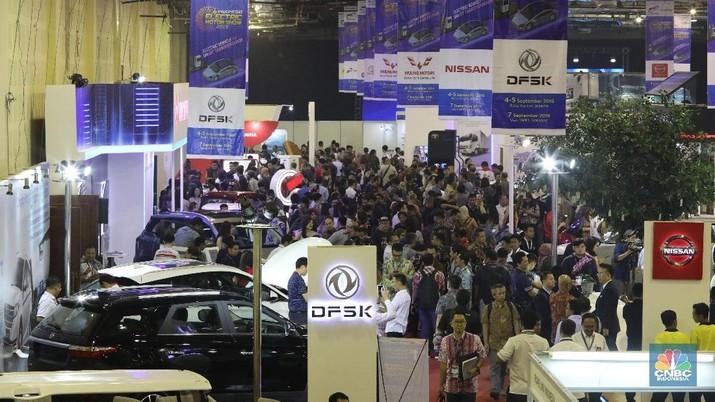 Suasana both pameran kendaraan listrik di acara IEMS 2019 Indonesia Electric Motor Show (IEMS) 2019 di Balai Kartini, Jakarta, Kamis (4/9). Ajang pameran khusus kendaraan bermotor listrik pertama di Indonesia. Acara ini merupakan upaya atau inisiatif untuk memperdalam dan memperluas pemahaman masyarakat Indonesia mengenai kendaraan bermotor listrik sebagai salah satu contoh disruptiv technology terbaru. Sejumlah 45 exhibitor IEMS 2019 yang diikuti kementerian BUMN, akademisi, Stakeholder, Industri komponen pendukung, dan para pelaku industri otomotif merek ternama,  yang berasal dari Jepang, China, Eropa dan Produk dalam negeri Indonesia.  (CNBC Indonesia/Muhammad Sabki)