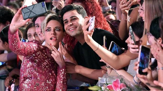 Venice Film Festival juga jadi momen Kristen Stewart untuk bercengkerama dengan penggemarnya secara bebas. (Ettore Ferrari/ANSA via AP)
