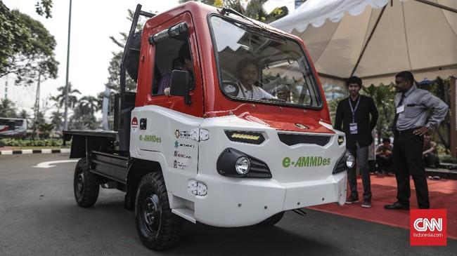 Kendaraan Pak Tani e-AMMDes tampil lebih 'hijau' diIndonesia Electric Motor Show (IEMS) 2019 di Balai Kartini, Jakarta, Rabu, 4 September 2019. (CNN Indonesia/Bisma Septalisma)